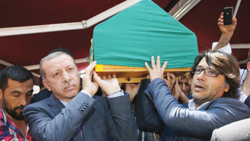 Recep Tayyip Erdoğan, Murat Göğebakan'ın tabutunu taşırken...
